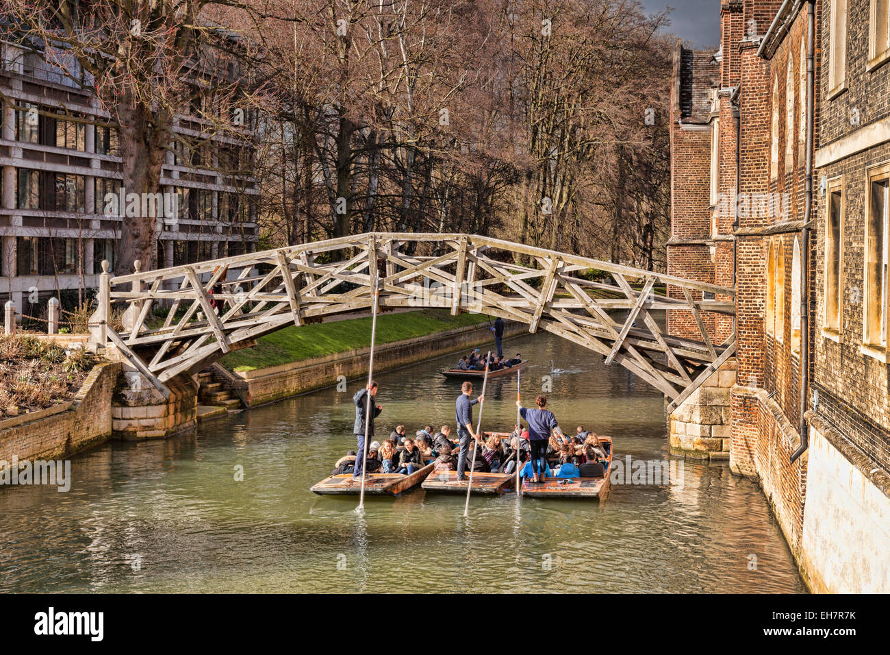 The Mathematical Bridge, Cambridge, which joins two parts of Queens College, with a group of punts passing underneath. - Stock Image