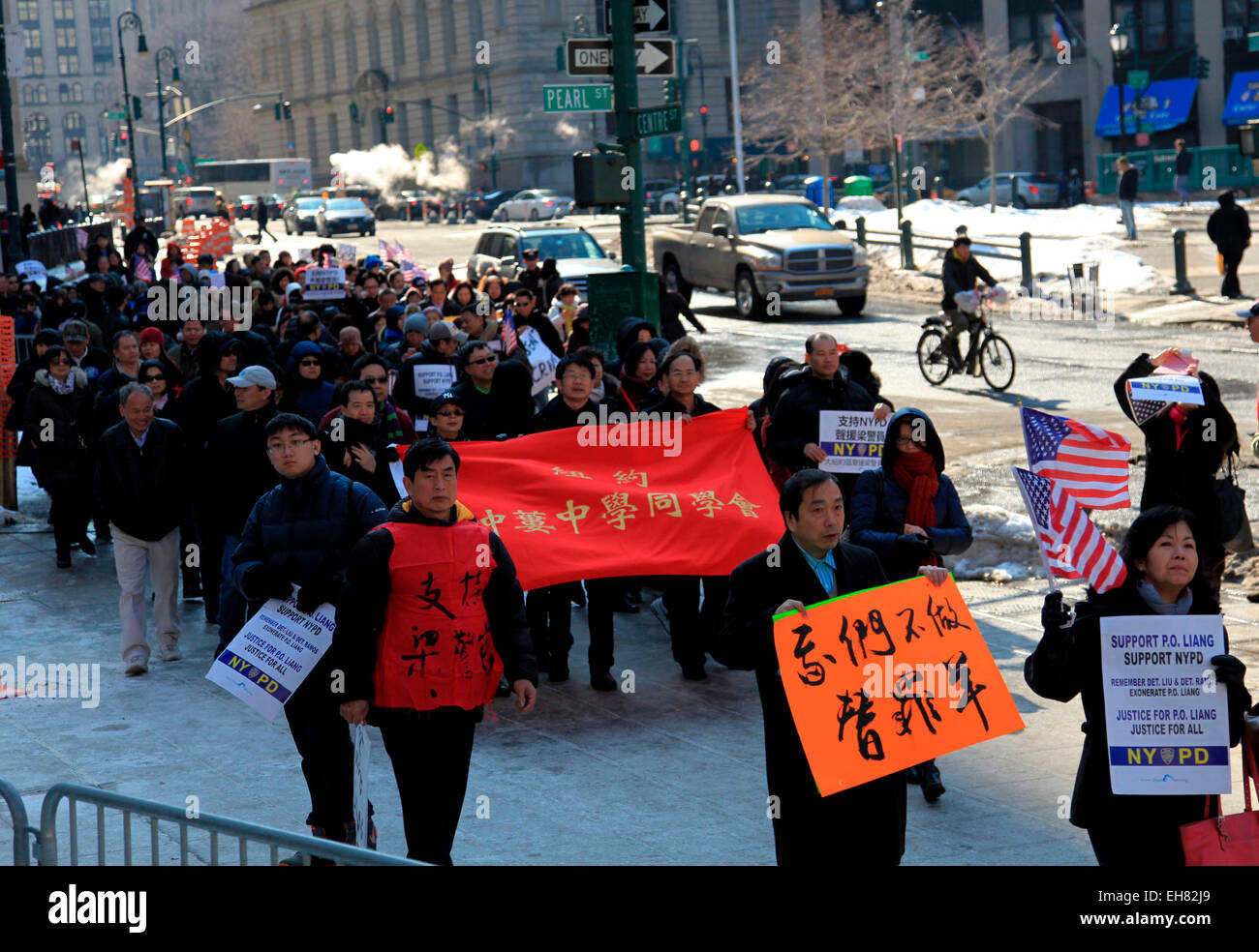 NEW YORK, AMERICA -MARCH 08 : (CHINA MAINLAND OUT)Large groups of ethnic Chinese citizens come to New York City - Stock Image