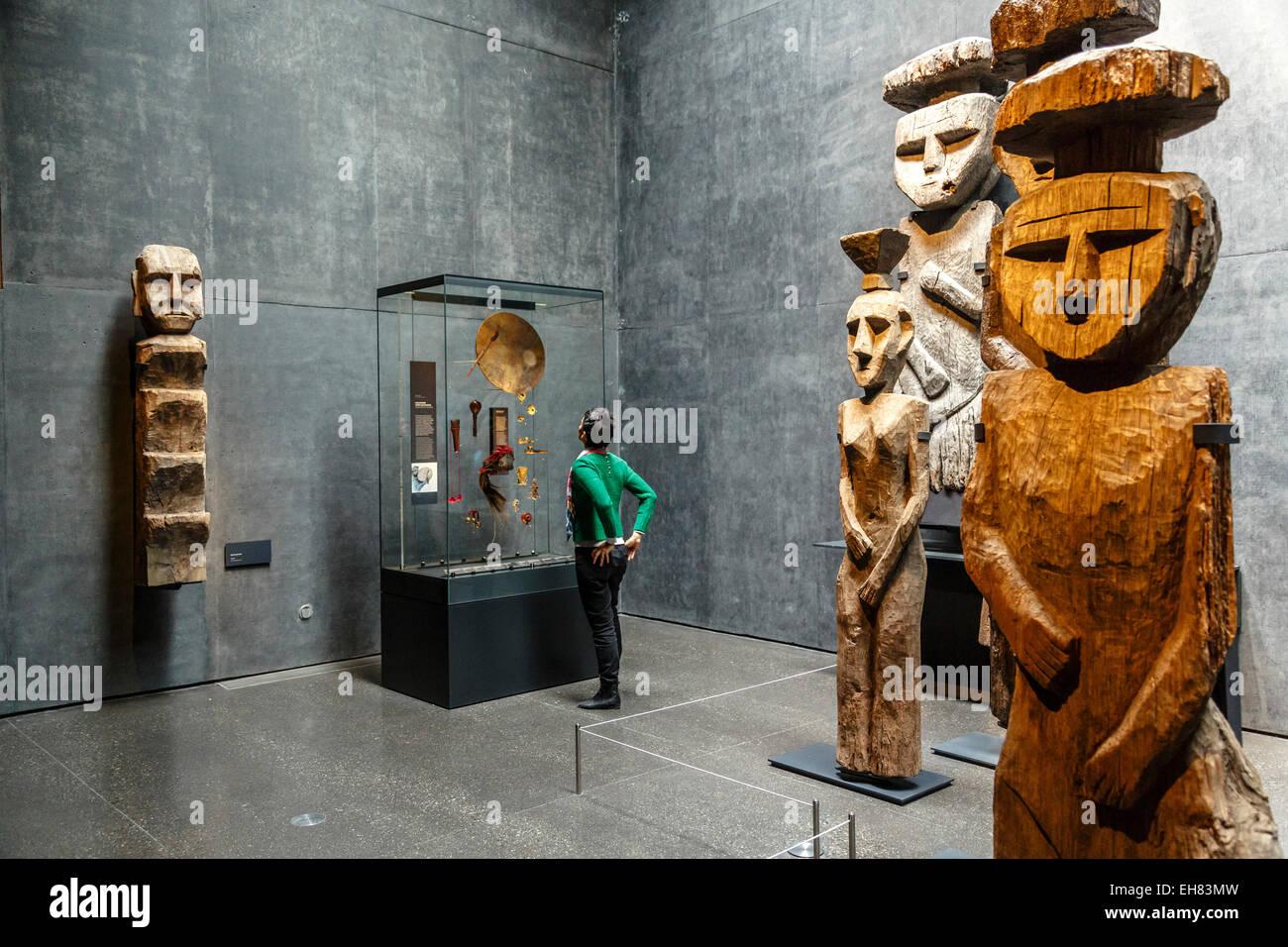 Wooden Mapuche burial statues at the Museo Chileno de Arte Precolombino, Santiago, Chile, South America - Stock Image