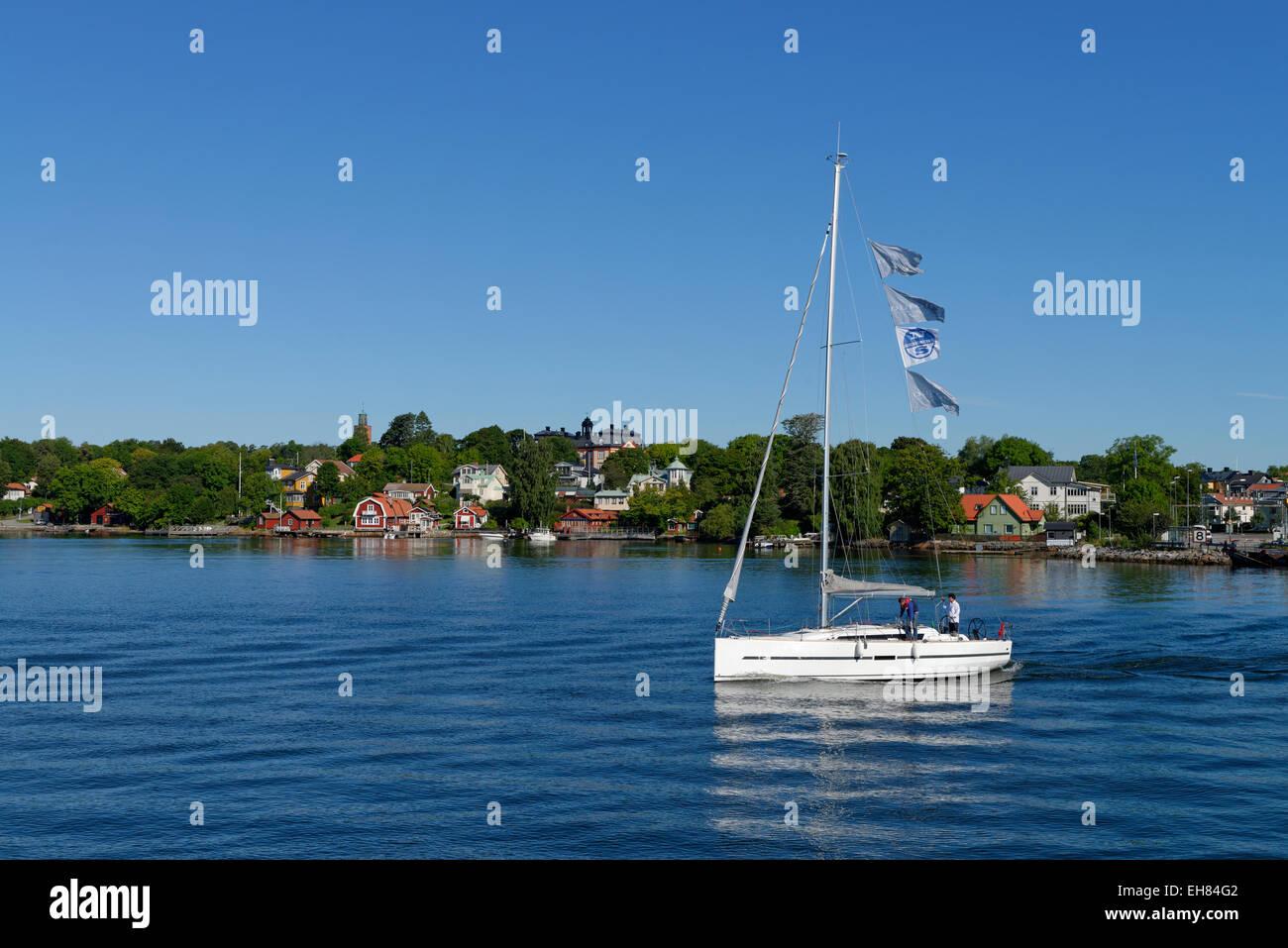 Sailboat off Vaxholm, Vaxön, Stockholm archipelago, Stockholms skärgård, near Stockholm, Sweden - Stock Image