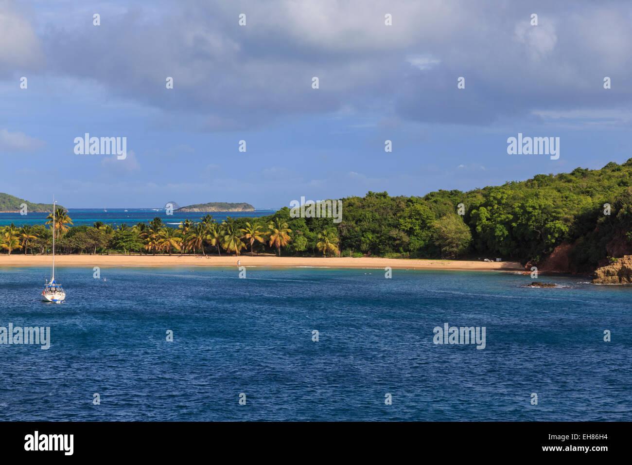 Saline Bay to windward side and Tobago Cays, Mayreau, Grenadines of St. Vincent, Windward Islands, West Indies - Stock Image