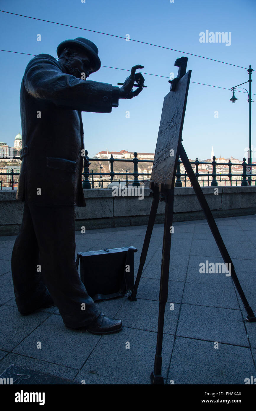 Bronze statue of a painter, Roskovics Igác, on the Danube river embankment outside the intercontinental Hotel, - Stock Image