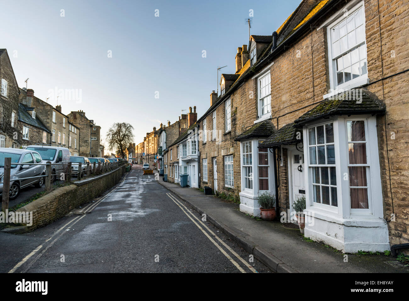 The narrow streets and terraced houses of Chipping Norton, an historic market town in the Cotswolds, Oxfordshire - Stock Image