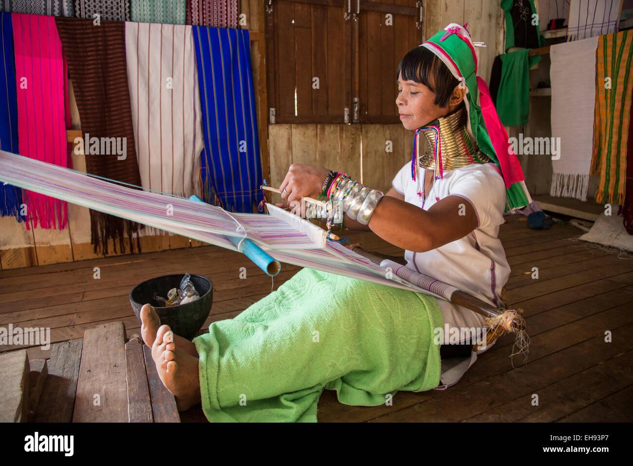 Padong long-neck woman weaving, Inle Lake village, Myanmar - Stock Image