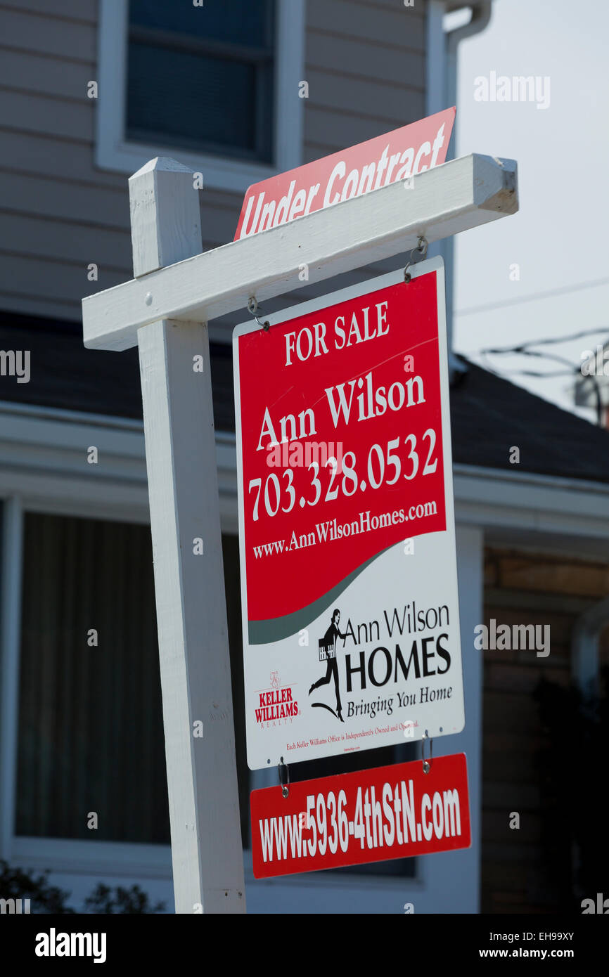 Real Estate for sale sign with 'Under Contract' message - USA - Stock Image