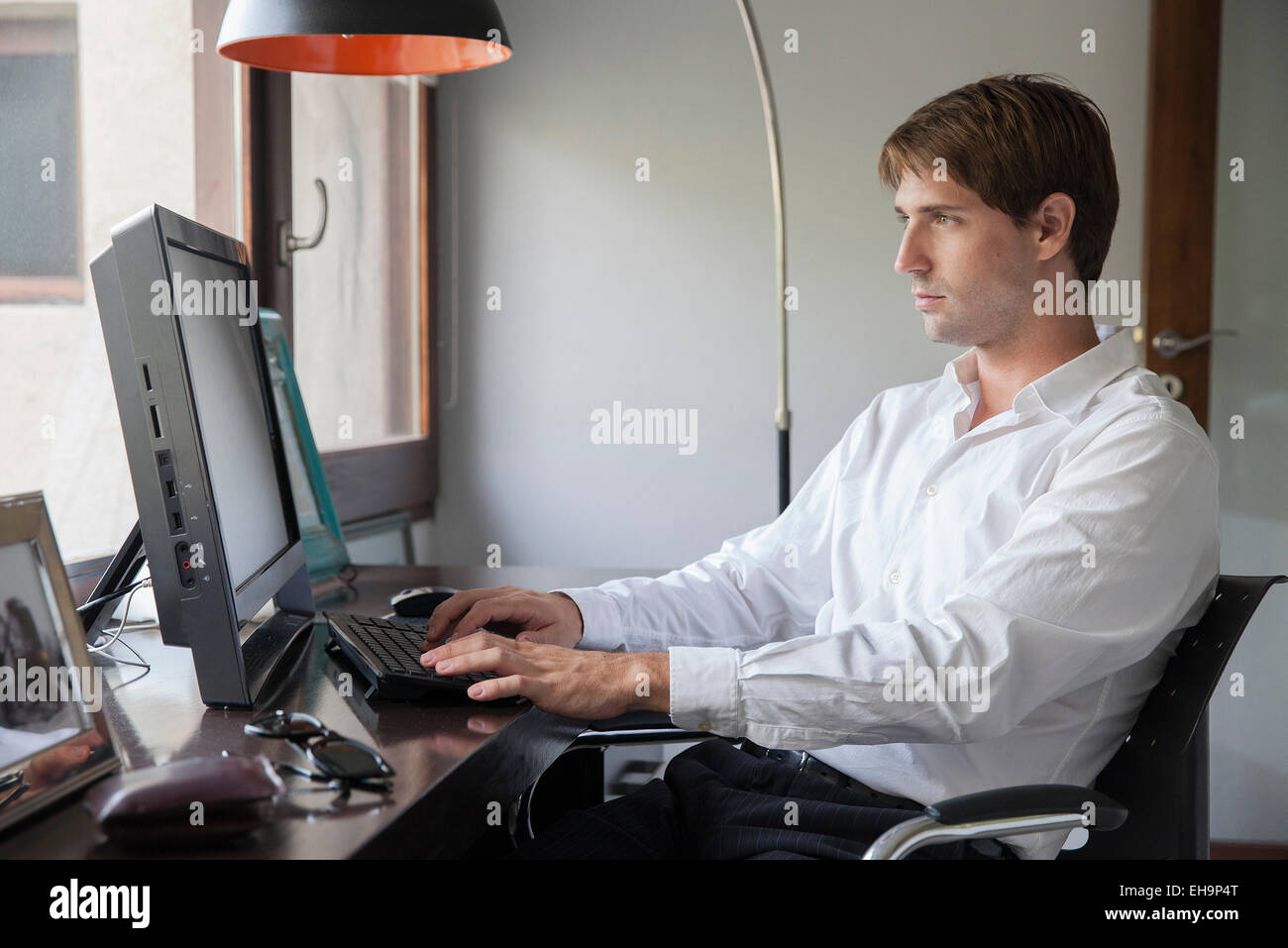 Man using desktop computer - Stock Image