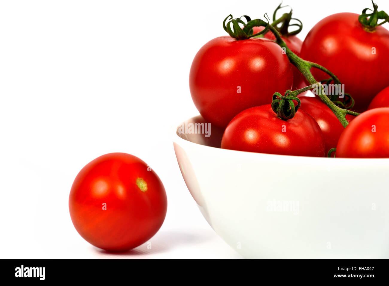 Bowl of ripe tomatoes on the vine - Stock Image