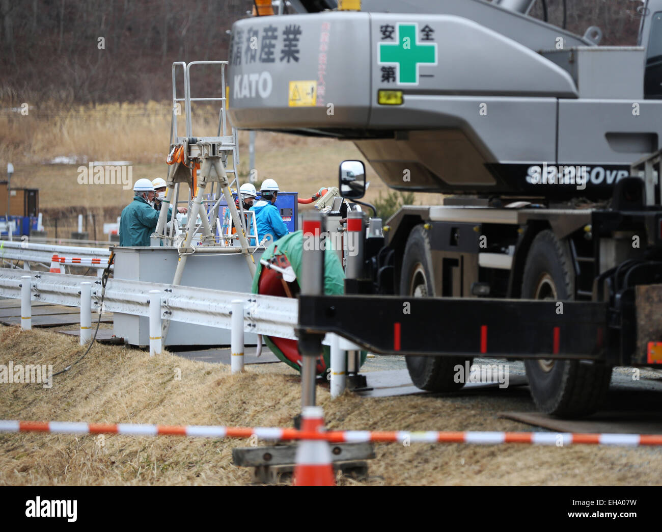 (150310) -- FUKUSHIMA, March 10, 2015 (Xinhua) -- Workers are seen behind large equipment in the town of Iitate, - Stock Image