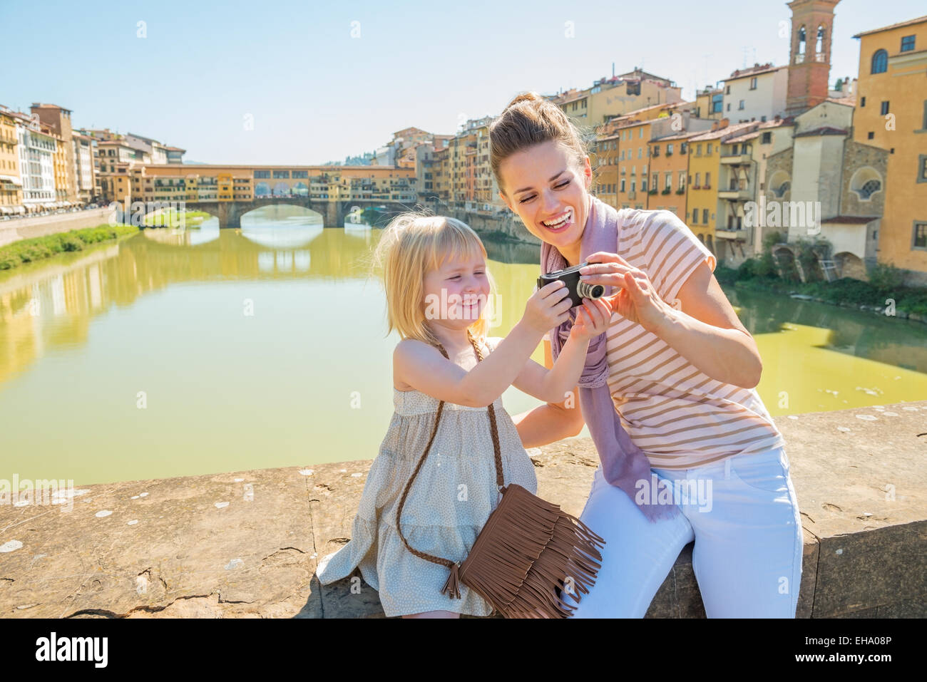 Camera A Ponte.Happy Mother And Baby Girl Checking Photos In Camera On Bridge Stock