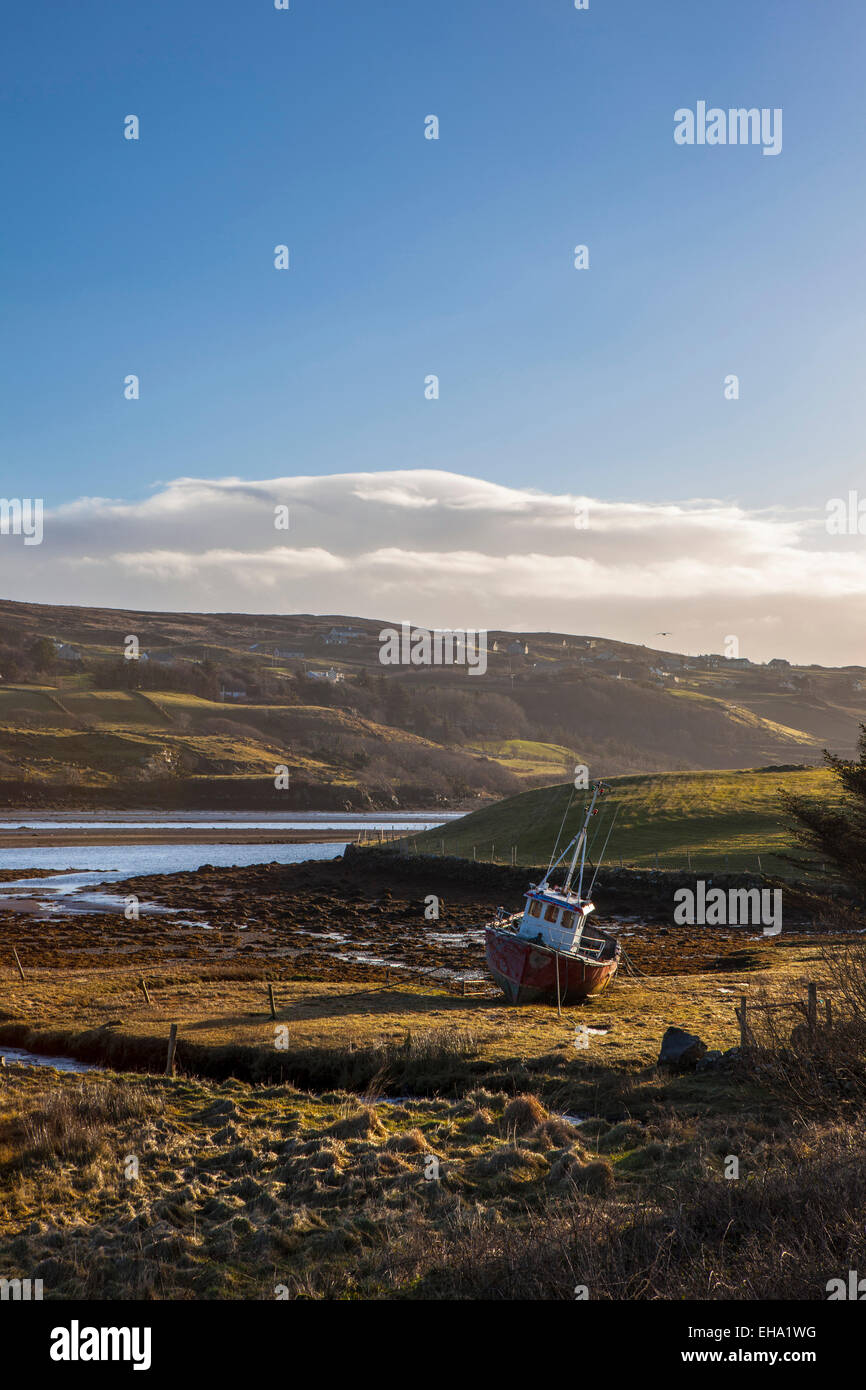 Beached fishing boat in Teelin Bay, near Carrick, Donegal, Ireland - Stock Image