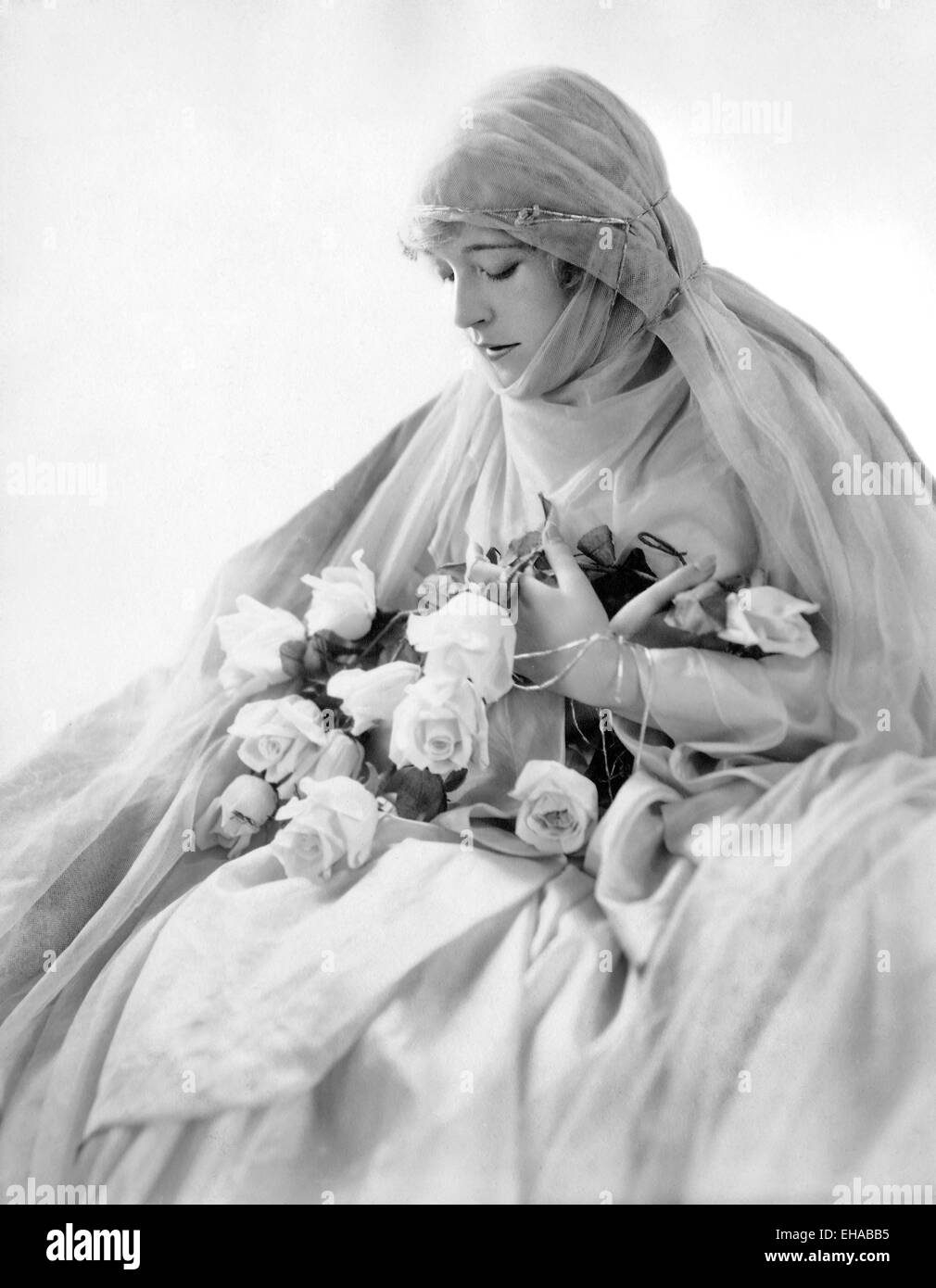 Mae Murray, Portrait with Bouquet of Roses, circa 1920's - Stock Image