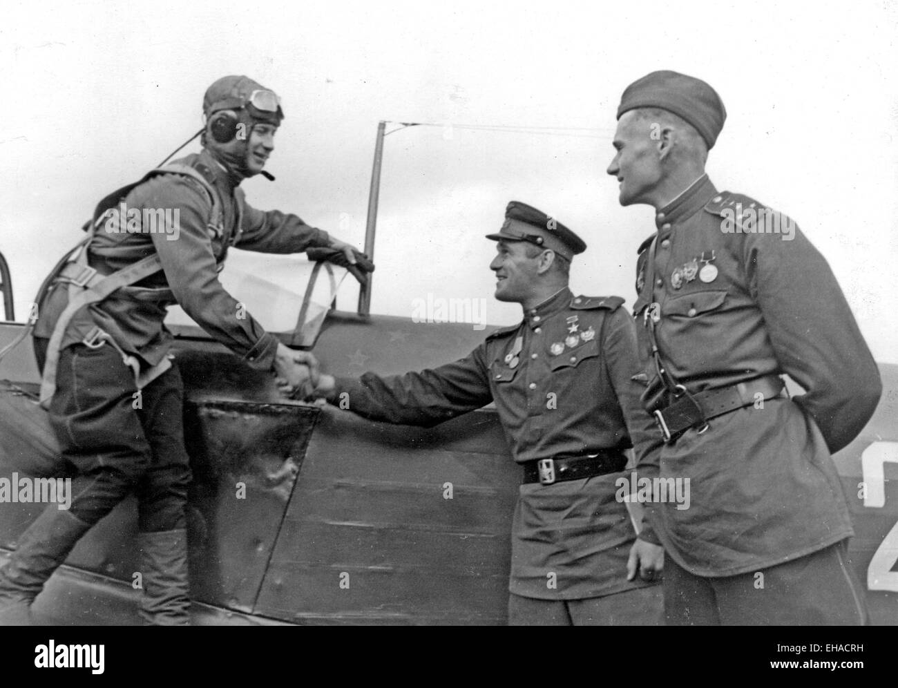 """SIEGE OF LENINGRAD 1941 Original caption: """"Fighter pilot Captain Mochalov being greeted by his friends on returning from a successful sorties in which he shot down his thirteenth enemy plane"""" Stock Photo"""
