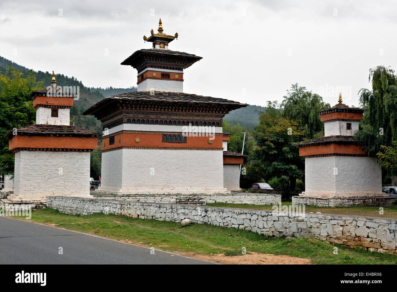 BU00310-00...BHUTAN - The Five Chortens welcome visitors to the town of Paro. - Stock Image