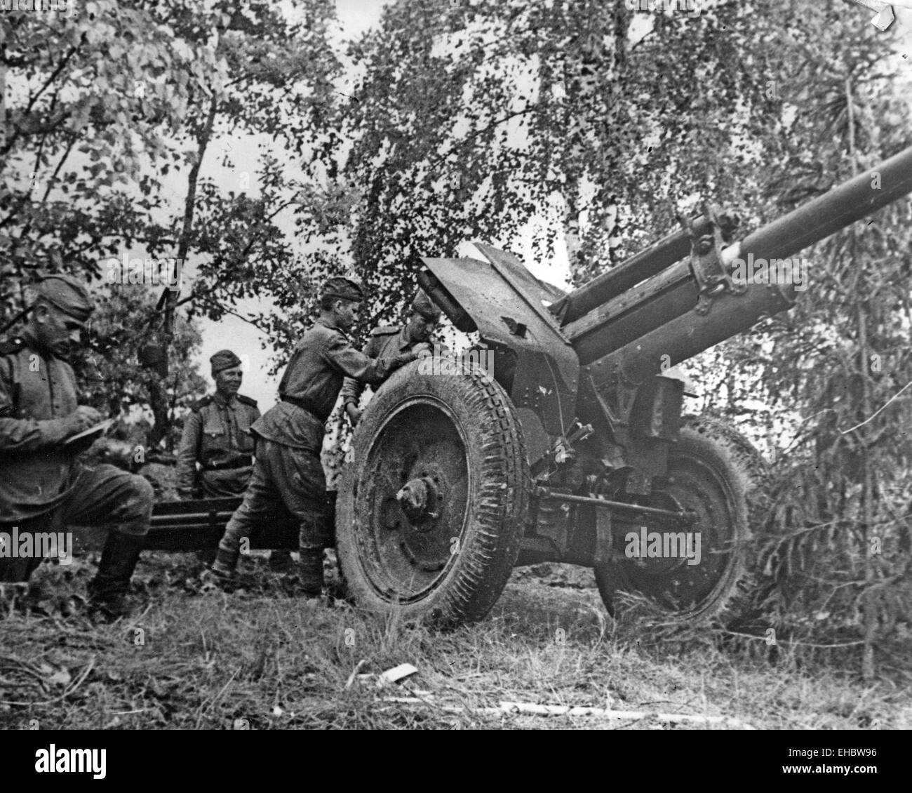 RED ARMY ARTILLERY UNIT about 1943 with their 76mm gun - Stock Image