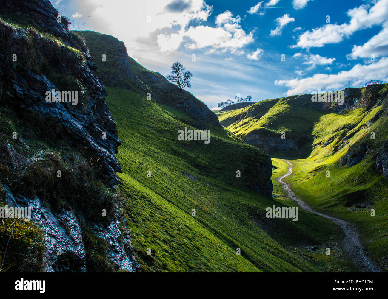 Hiking trails near Castleton, Peak district, England on a bright clear spring day. - Stock Image