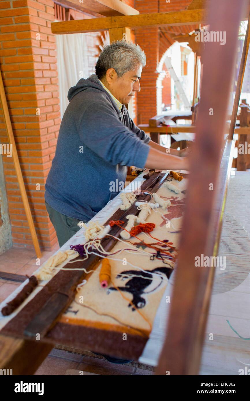 Teotitlán del Valle, Oaxaca, Mexico - Jerónimo Vásquez Gutiérrez demonstrates rug weaving at - Stock Image