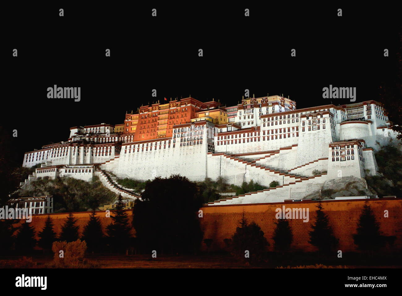 Potala palace at night with the Potrang Karpo-White Palace to the East and the Potrang Marpo-Red Palace to the west. - Stock Image