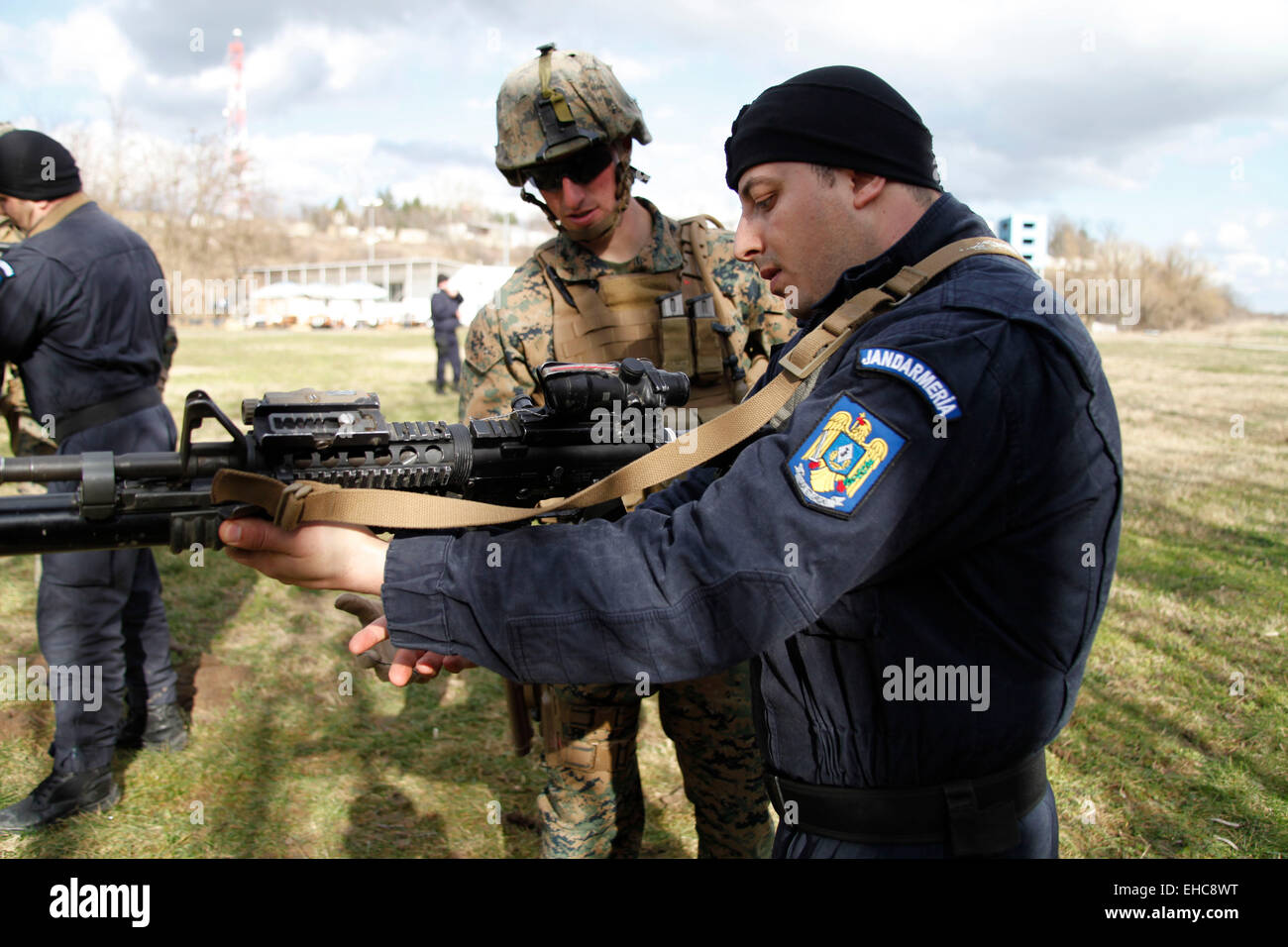 A US Marine explains the operation of an M4 carbine to a member of the Romanian Jandarmeria at the Romanian intelligence - Stock Image