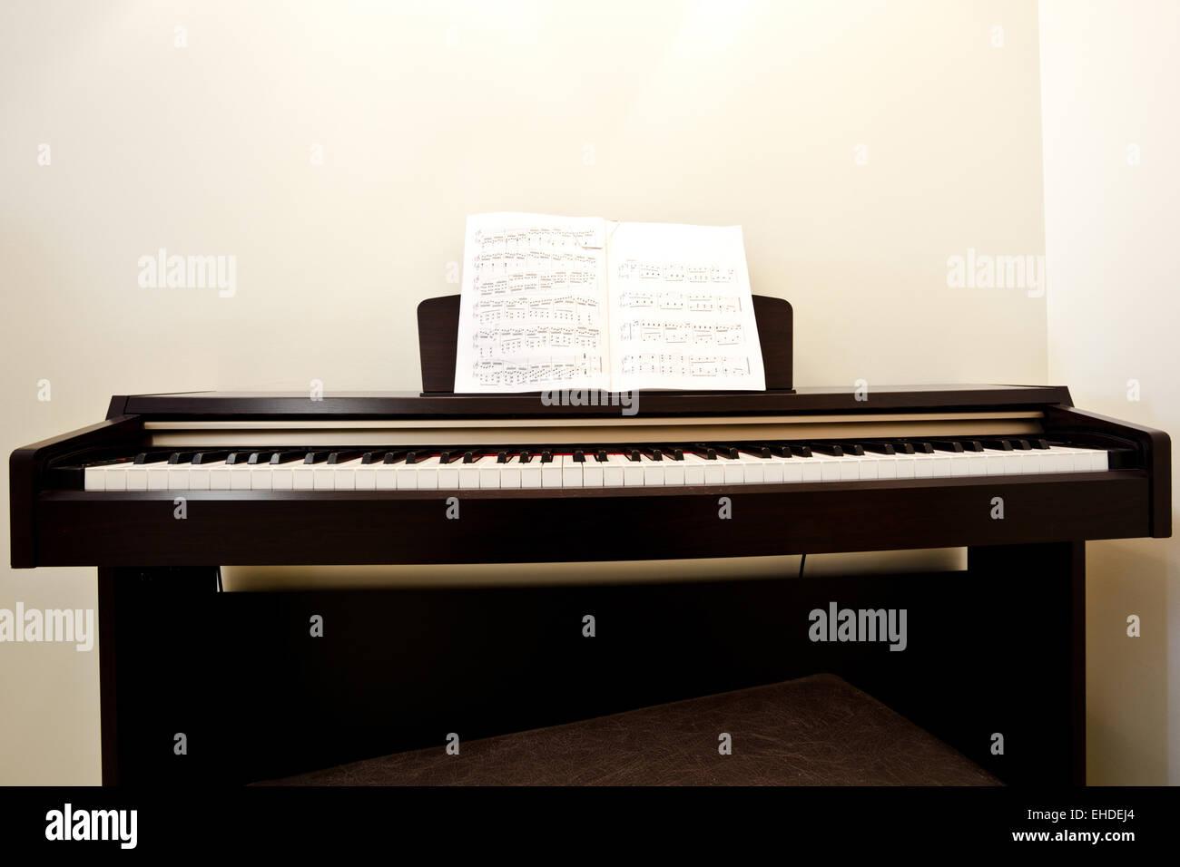 Piano in empty room - Stock Image