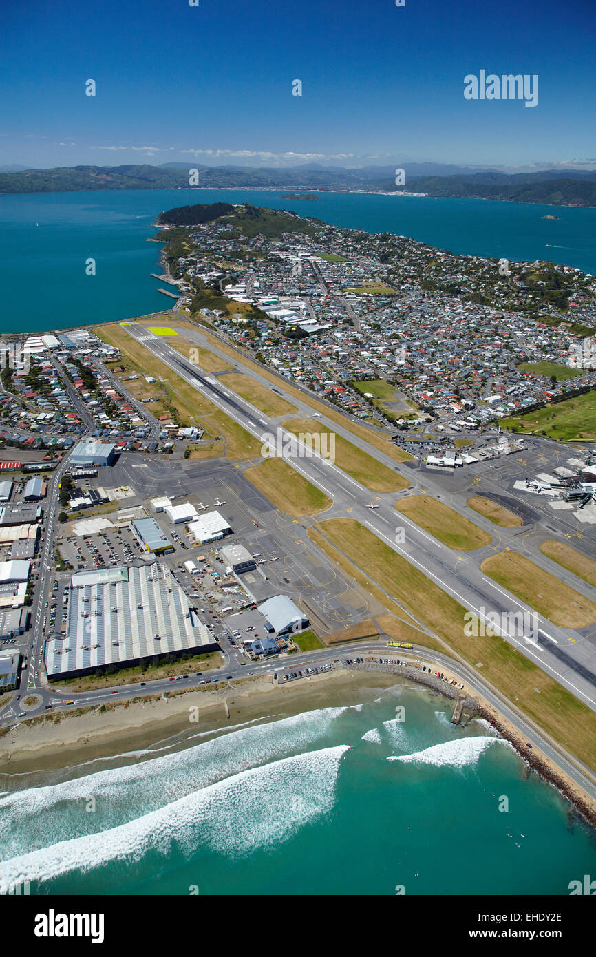 Runway of Wellington International Airport, Lyall Bay (closest), and Evans Bay (distance), Wellington, North Island, - Stock Image