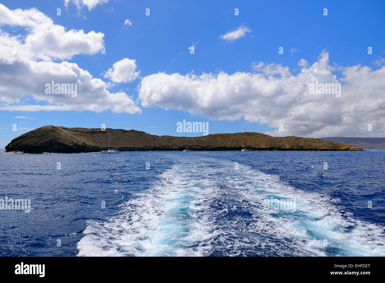 Departure by boat from Molokini Island (exposed rim of submerged volcano), Maui, Hawaii, USA - Stock Image