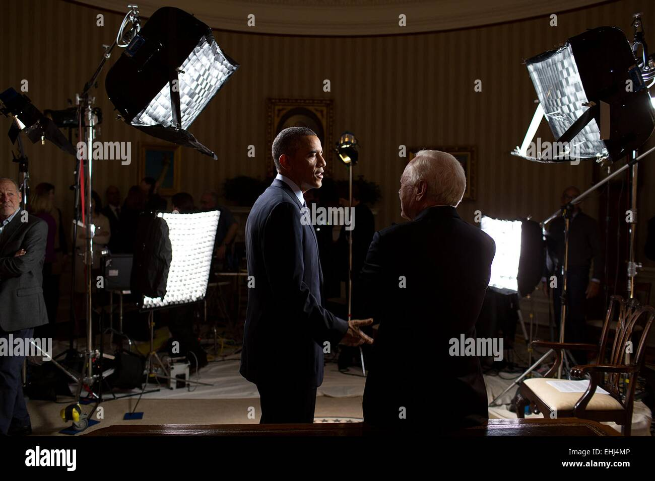 US President Barack Obama talks with Bob Schieffer after a CBS Face the Nation interview in the Oval Office of the - Stock Image