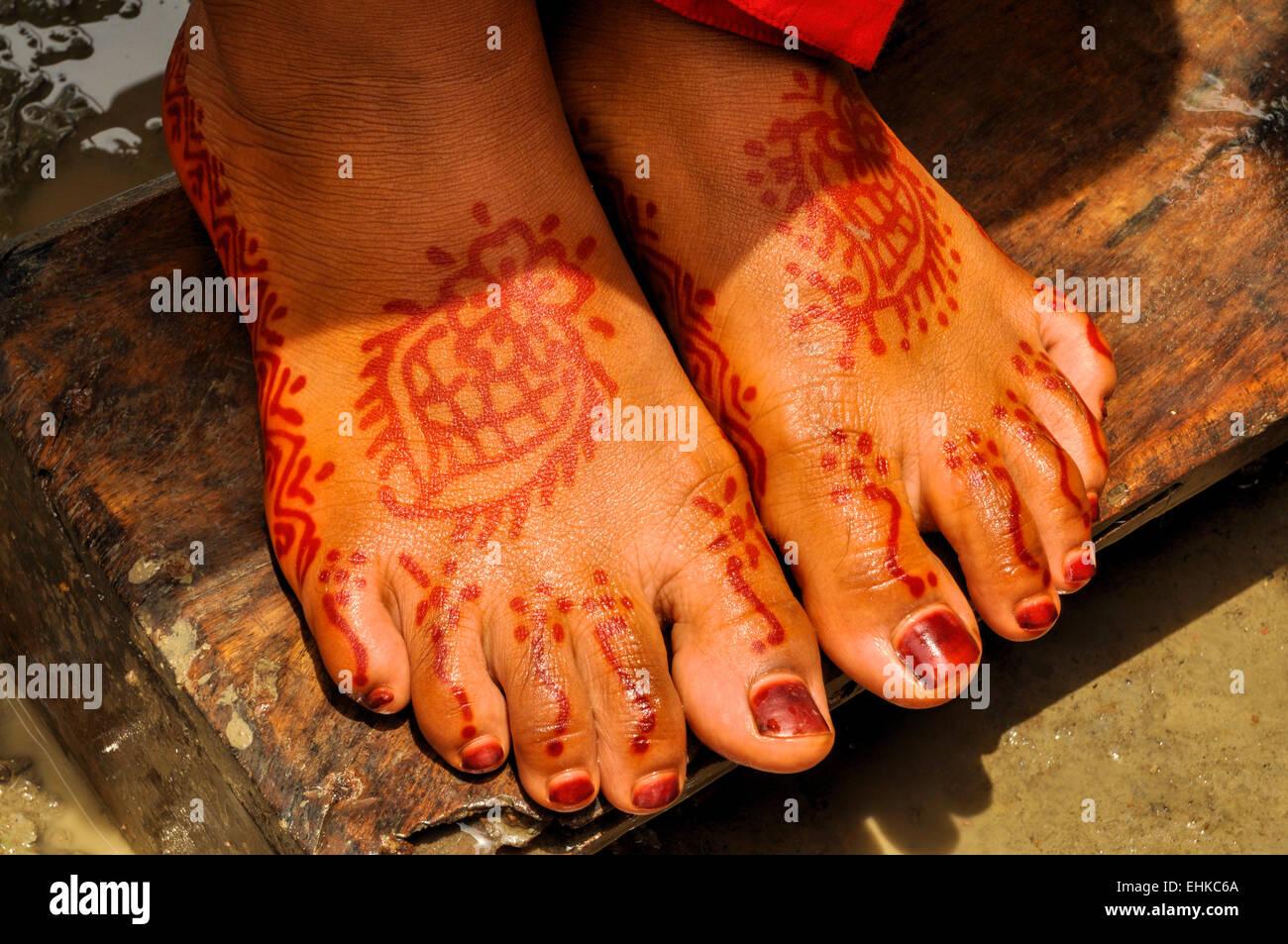 Traditional henna on brides feet on wedding in Bangladesh - Stock Image