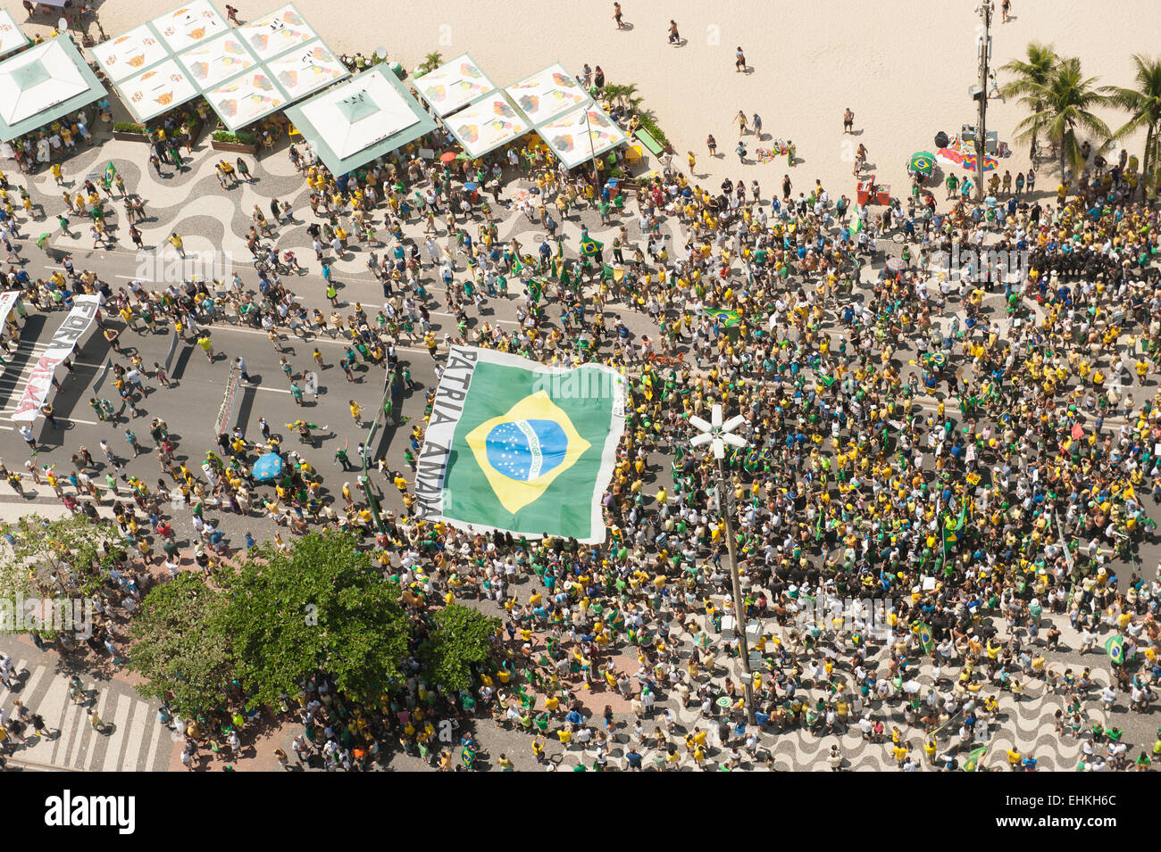 Protesters carry a huge Brazilian flag. Rio de Janeiro, Brazil, 15th March 2015. Popular demonstration against President - Stock Image