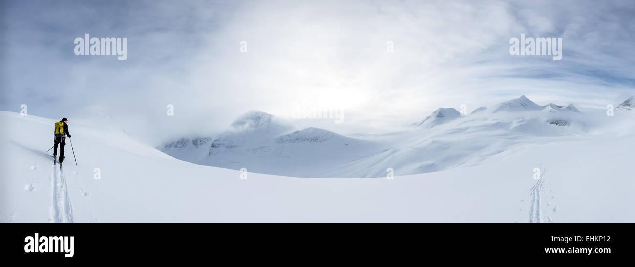 Ascending towards the summit of Nallo mountain, Nallostugan hut, Kebnekaise mountain area, Kiruna, Sweden, Europe, - Stock Image