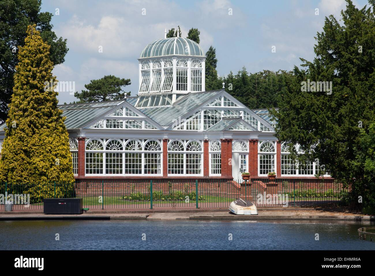 Victorian conservatory by the lake in West Park, Wolverhampton - Stock Image