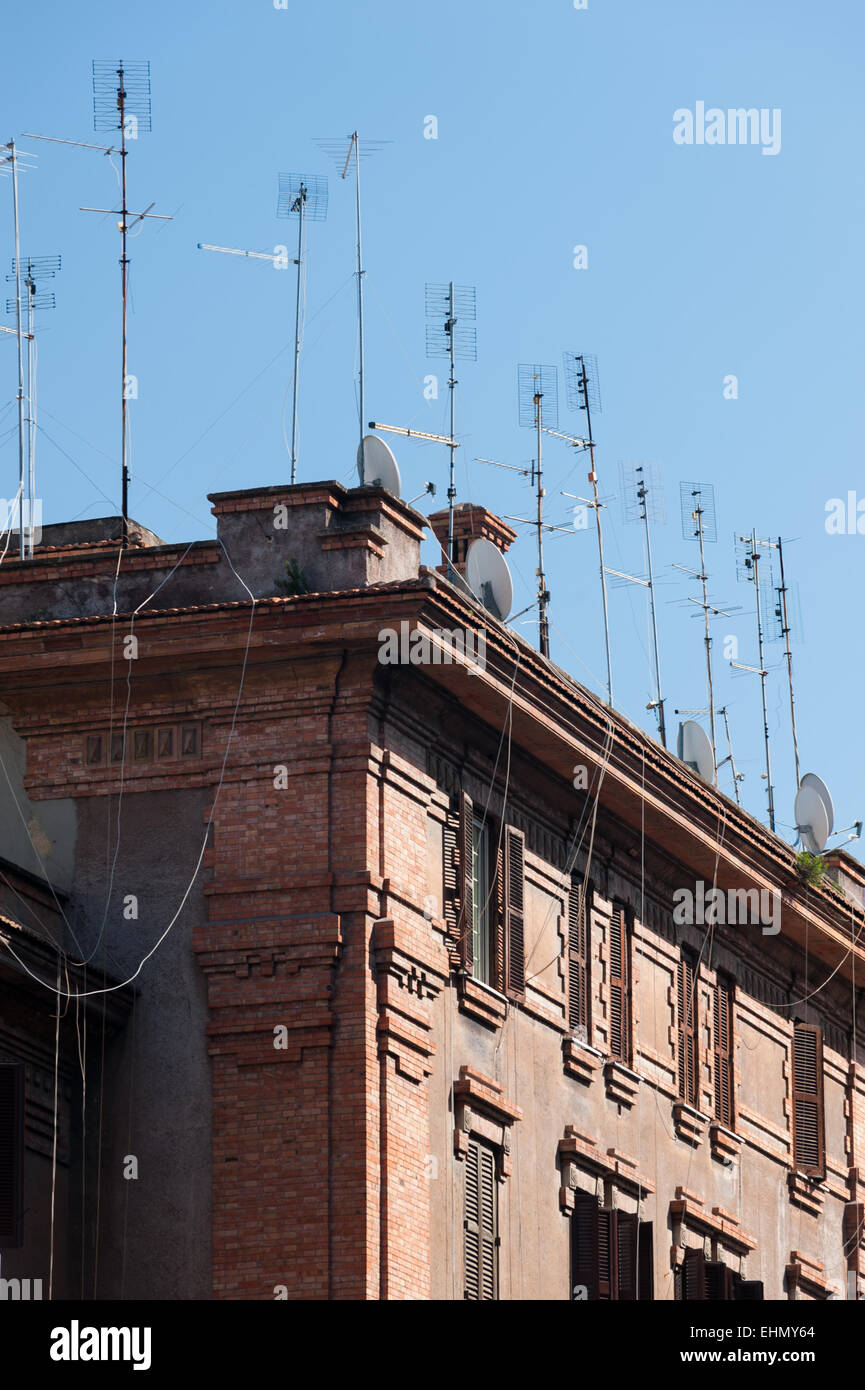 Aerials on the roofs of buildings on Lungotevere Testaccio, Rome, Lazio, Italy. - Stock Image