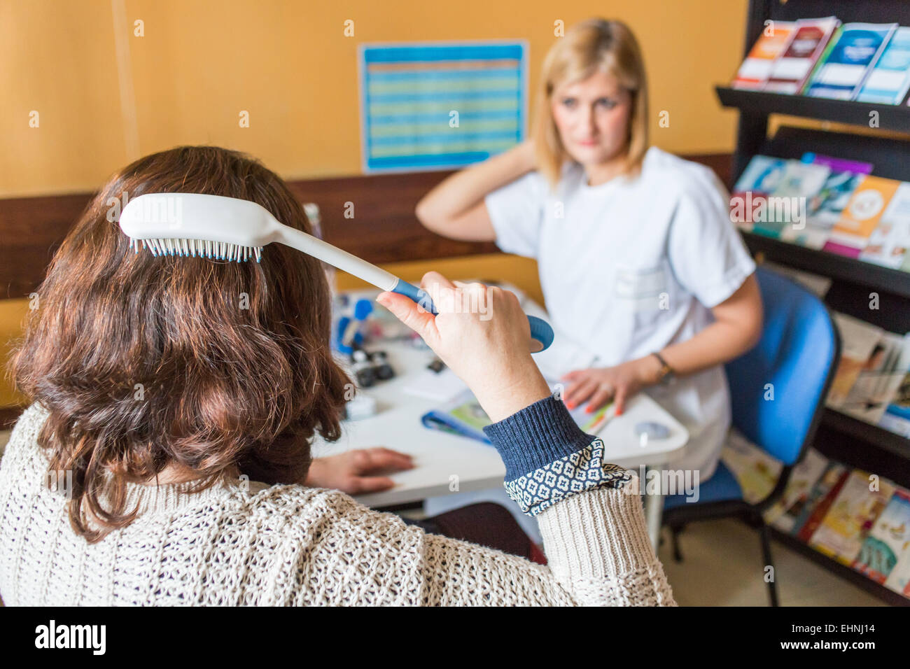 Functional assessment and advice on technical aids directed by an occupational therapist with a patient with rheumatoid - Stock Image