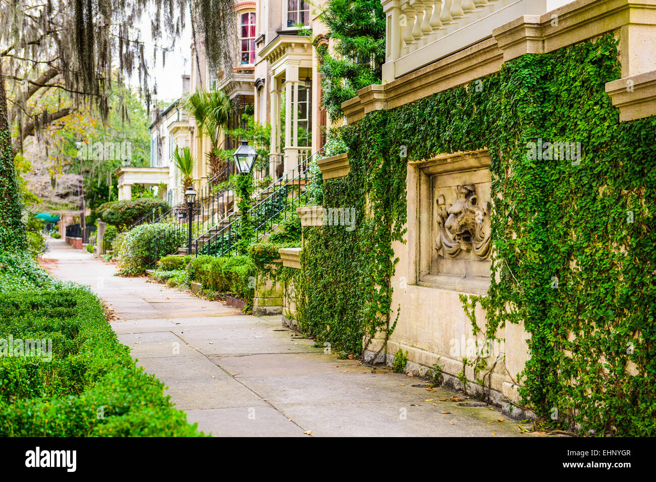 Savannah, Georgia, USA historic downtown sidewalks and rowhouses. - Stock Image