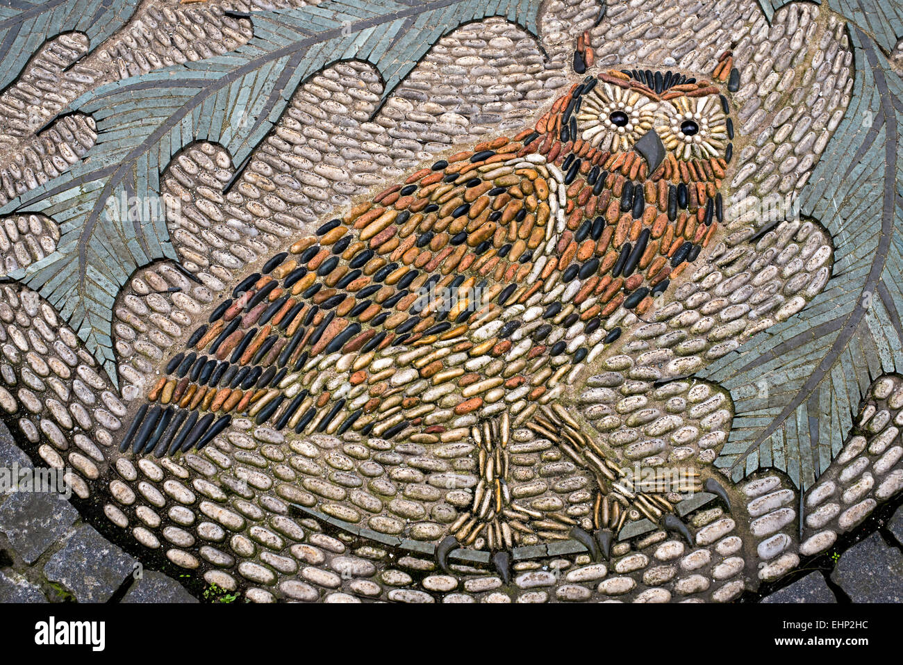 A mosaic of pebbles depicting an owl in Queen Street, Edinburgh, Scotland, UK. - Stock Image