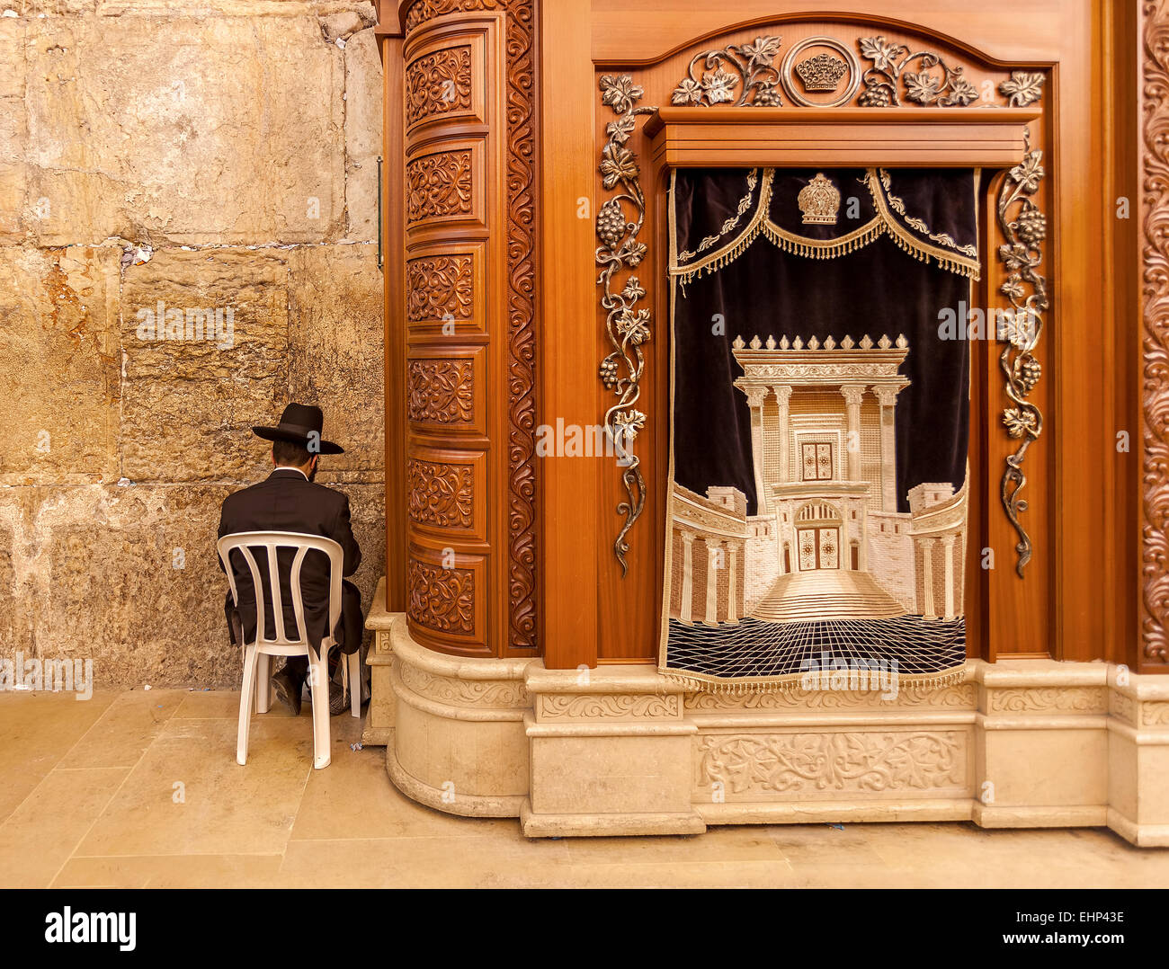 Carving wooden cabinet with Torah scrolls and prayer in Cave Synagogue in Jerusalem, Israel. - Stock Image