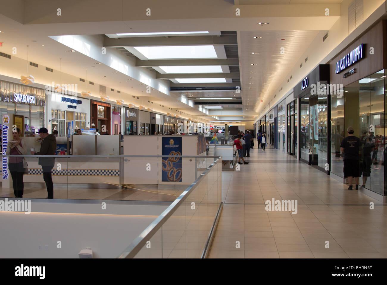 9045be50e6ff2 Shopping Mall Chicago Stock Photos & Shopping Mall Chicago Stock ...