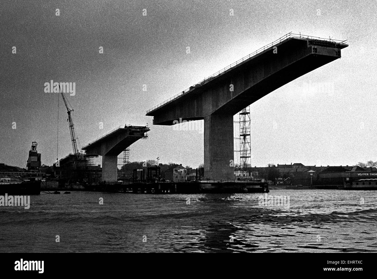 AJAXNETPHOTO - 26TH SEP, 1975 - SOUTHAMPTON,ENGLAND. - SPANNING THE RIVER - REINFORCD CONCRETE SPANS OF THE ITCHEN - Stock Image