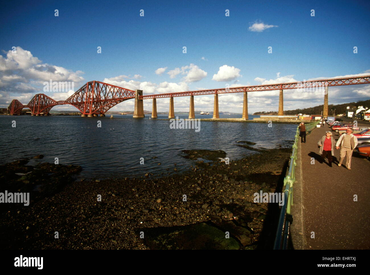 AJAXNETPHOTO. - 1988. FIRTH OF FORTH, SCOTLAND. - ESTUARY CROSSING - THE CANTILEVER FORTH RAIL BRIDGE SEEN FROM - Stock Image