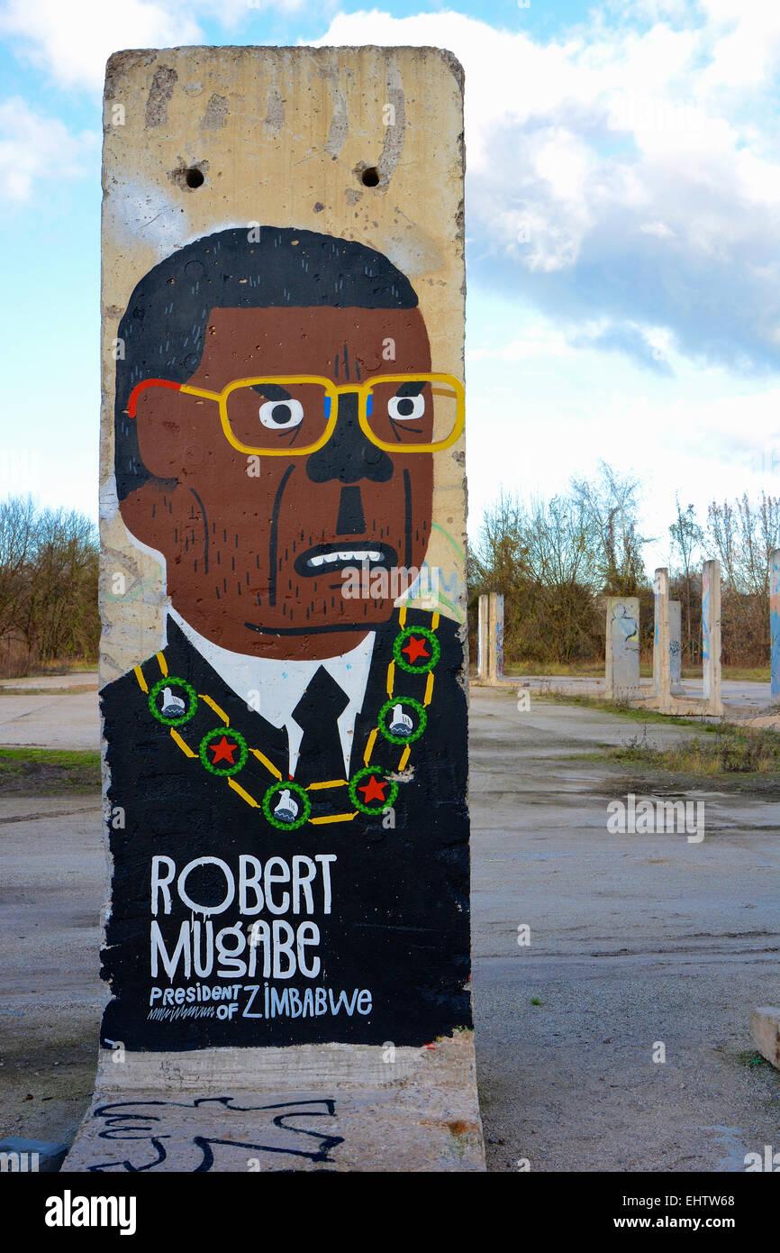 Mauerteil mit der Darstellung Robert Mugabe Stock Photo