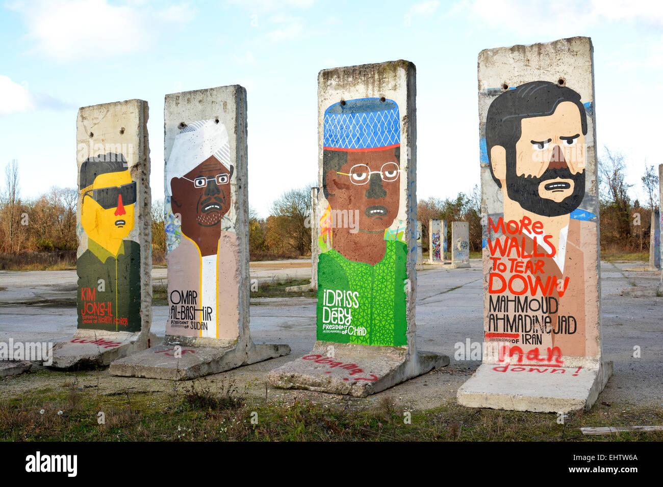 Mauerteil mit der Darstellung von Diktatoren Stock Photo