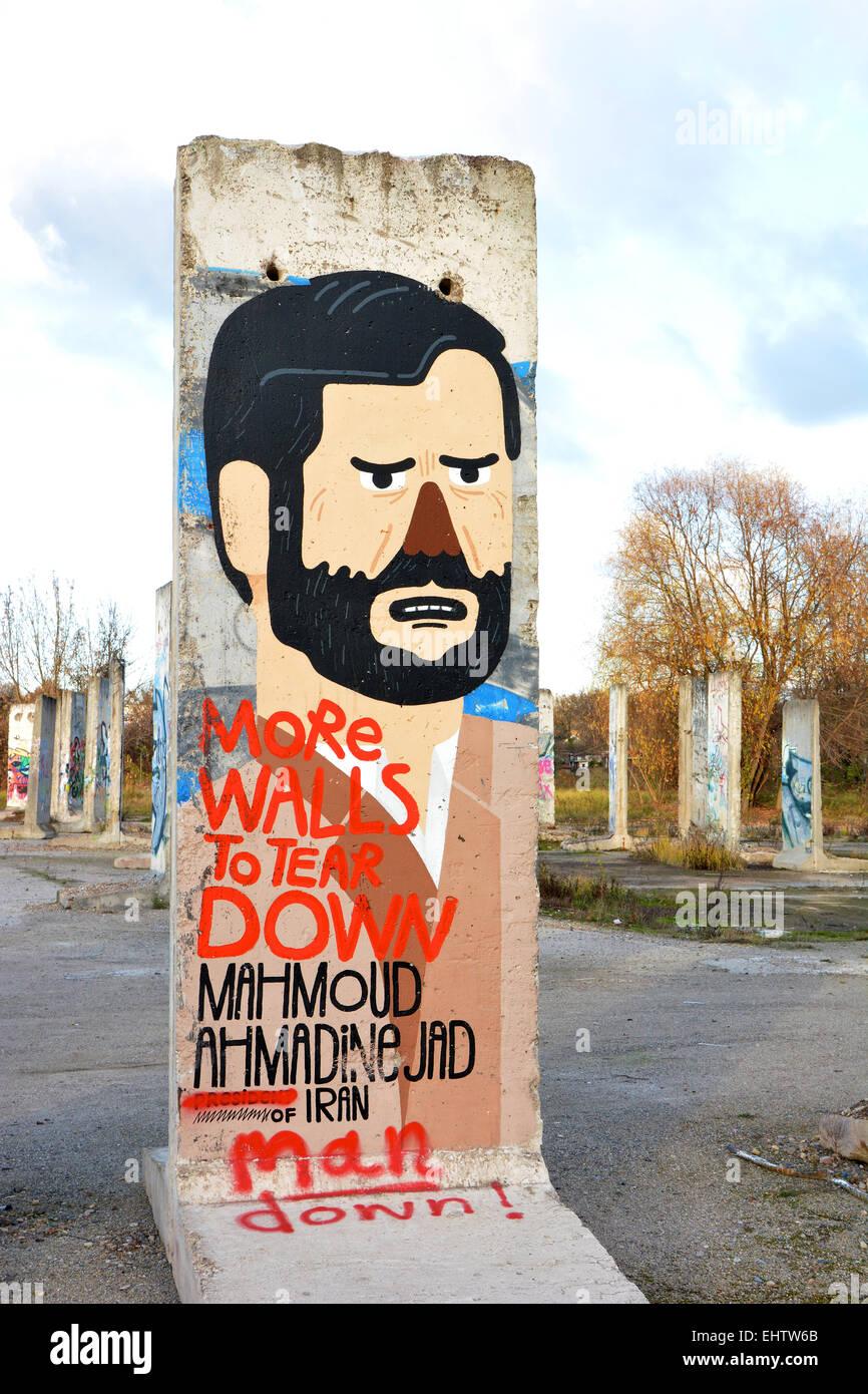 Mauerteil mit der Darstellung von Ahmadinejad Stock Photo