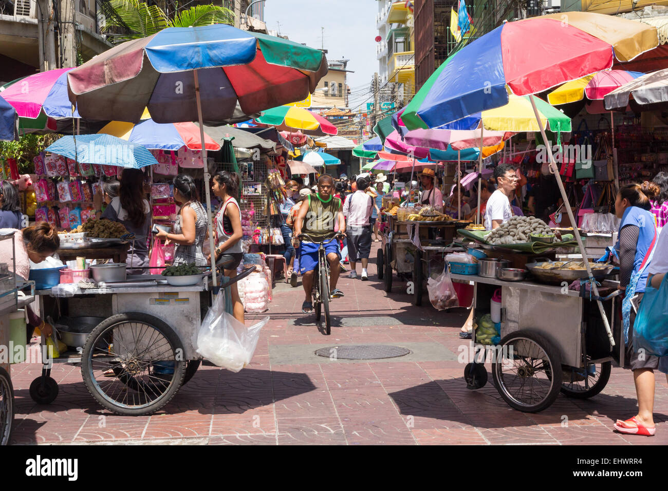 Busy street with vendors stalls in Chinatown, Bangkok, Thailand - Stock Image