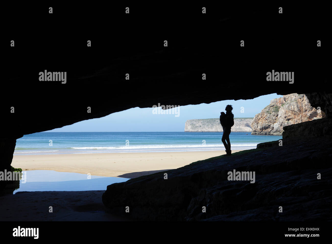 Portugal, Cape St. Vincent, Silhouette of mother and child in cave - Stock Image