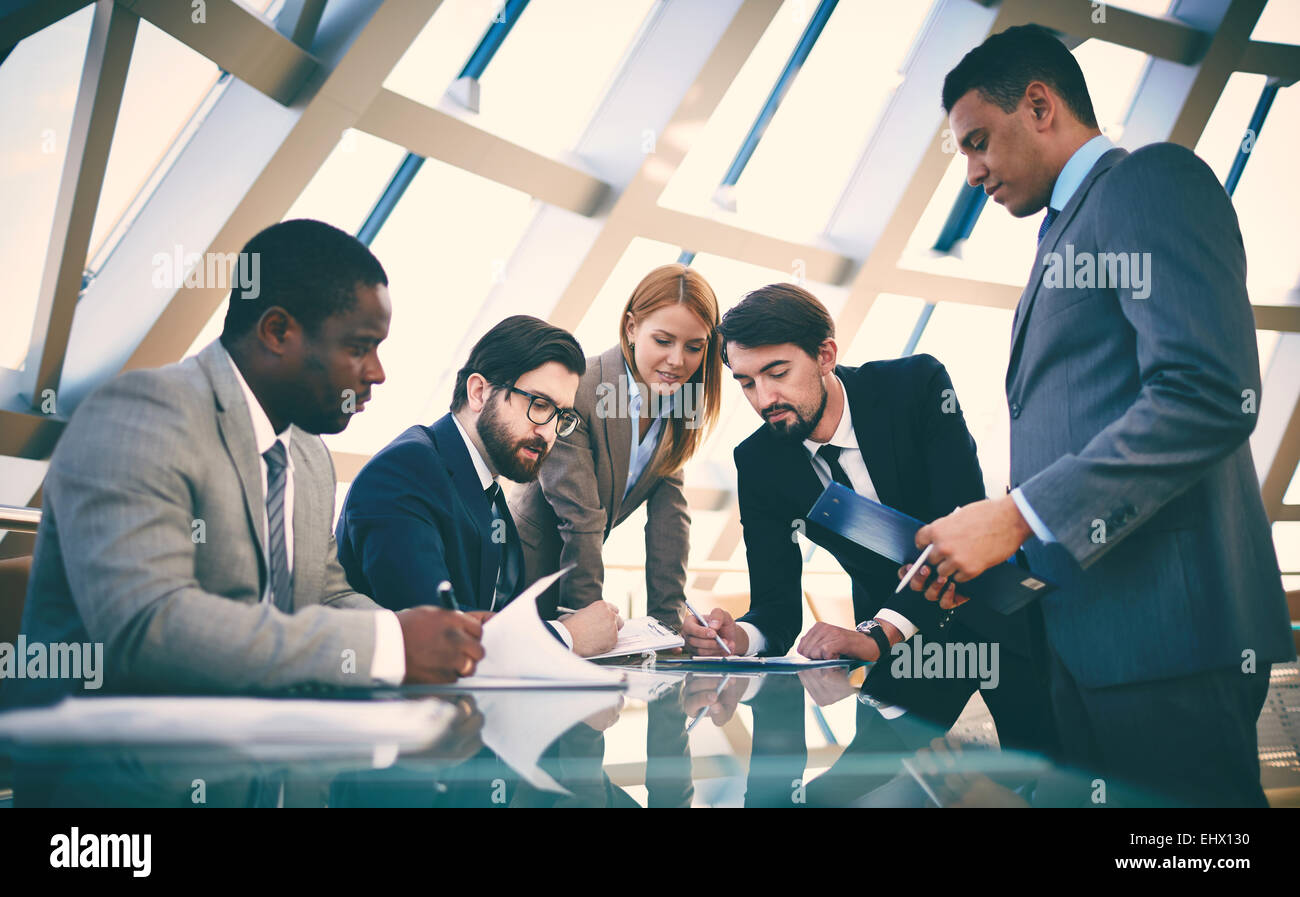 Business people signing papers - Stock Image