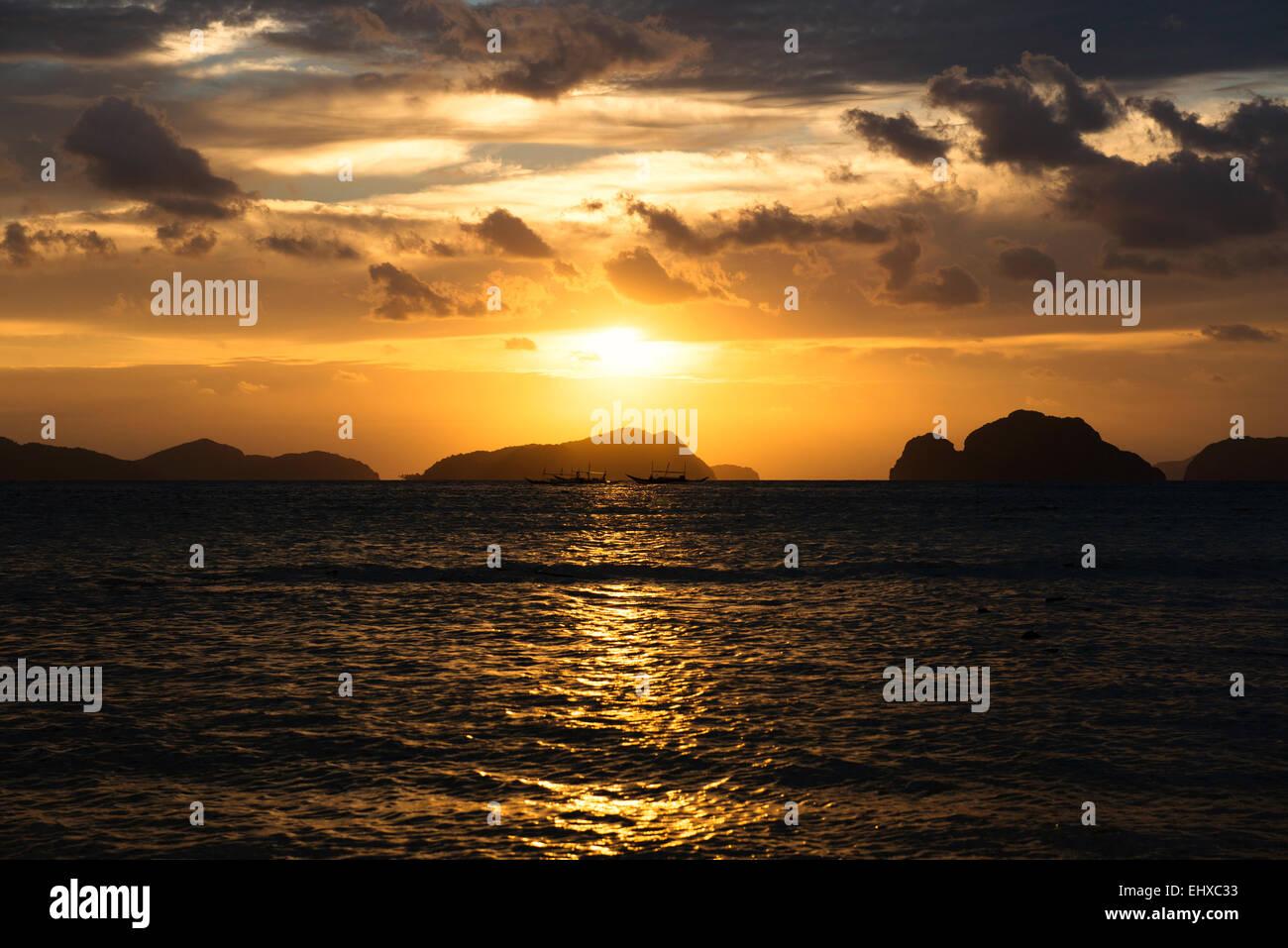 Philippines, Palawan, El Nido, sailing ships at sunset - Stock Image
