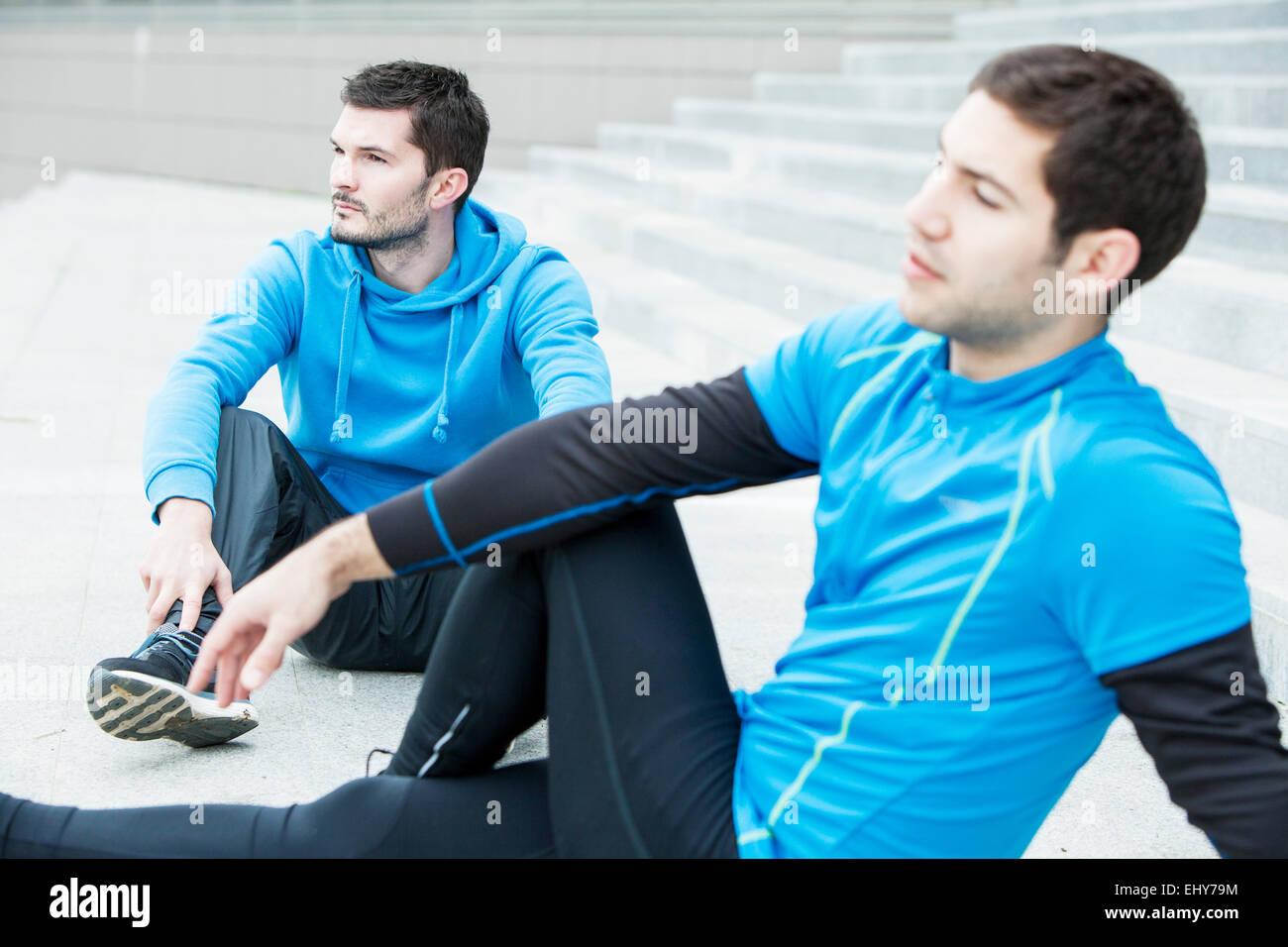 Male runners taking a break - Stock Image