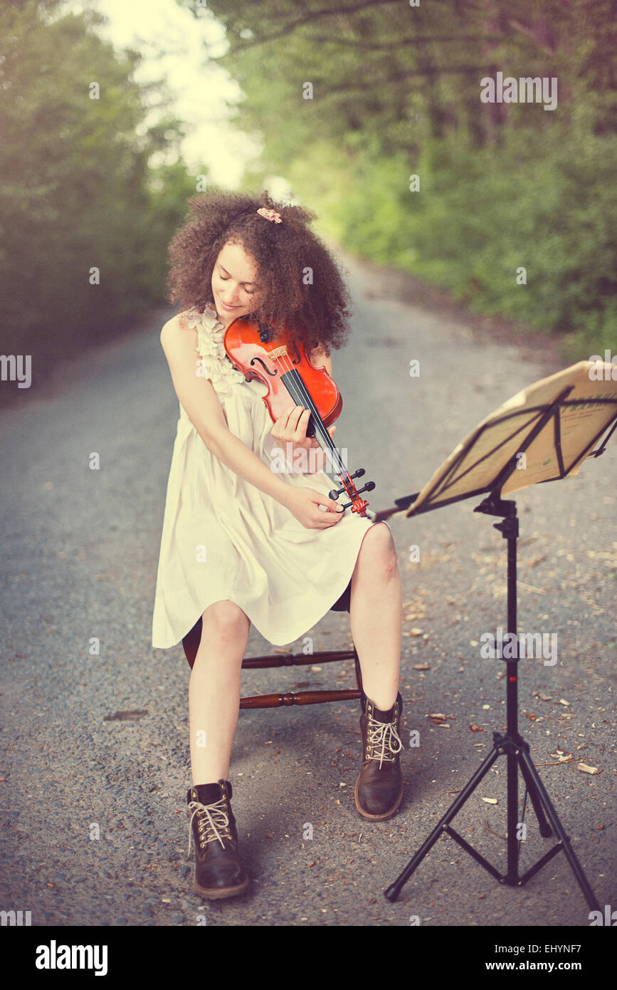 Young woman playing the violin - Stock Image