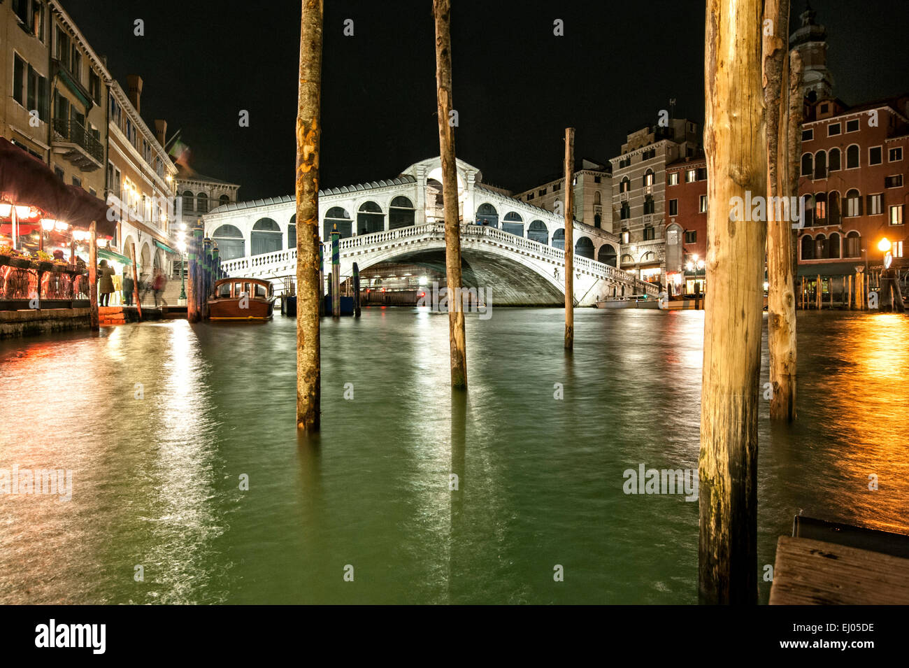 Pier on the Grand Canal at the Rialto Bridge at night. - Stock Image