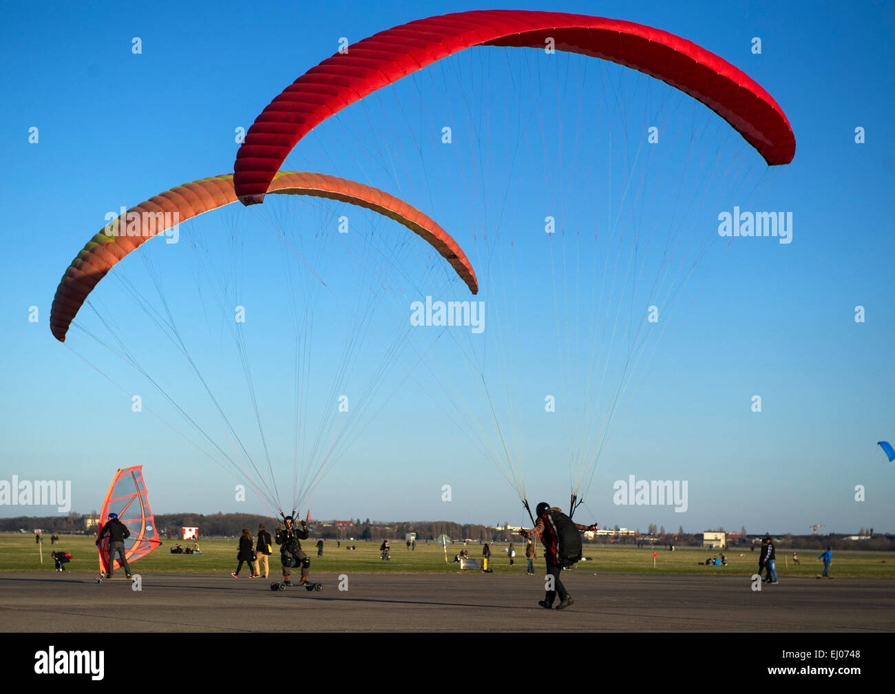 Berlin, Germany. 18th Mar, 2015. Kite surfers enjoy the clear and bright weather following their leisurely activities - Stock Image