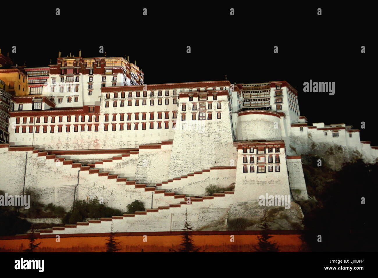 Potala palace at night with the Potrang Karpo-White Palace to the East at 3700 ms.high over Marpo Ri-hill overlooking - Stock Image